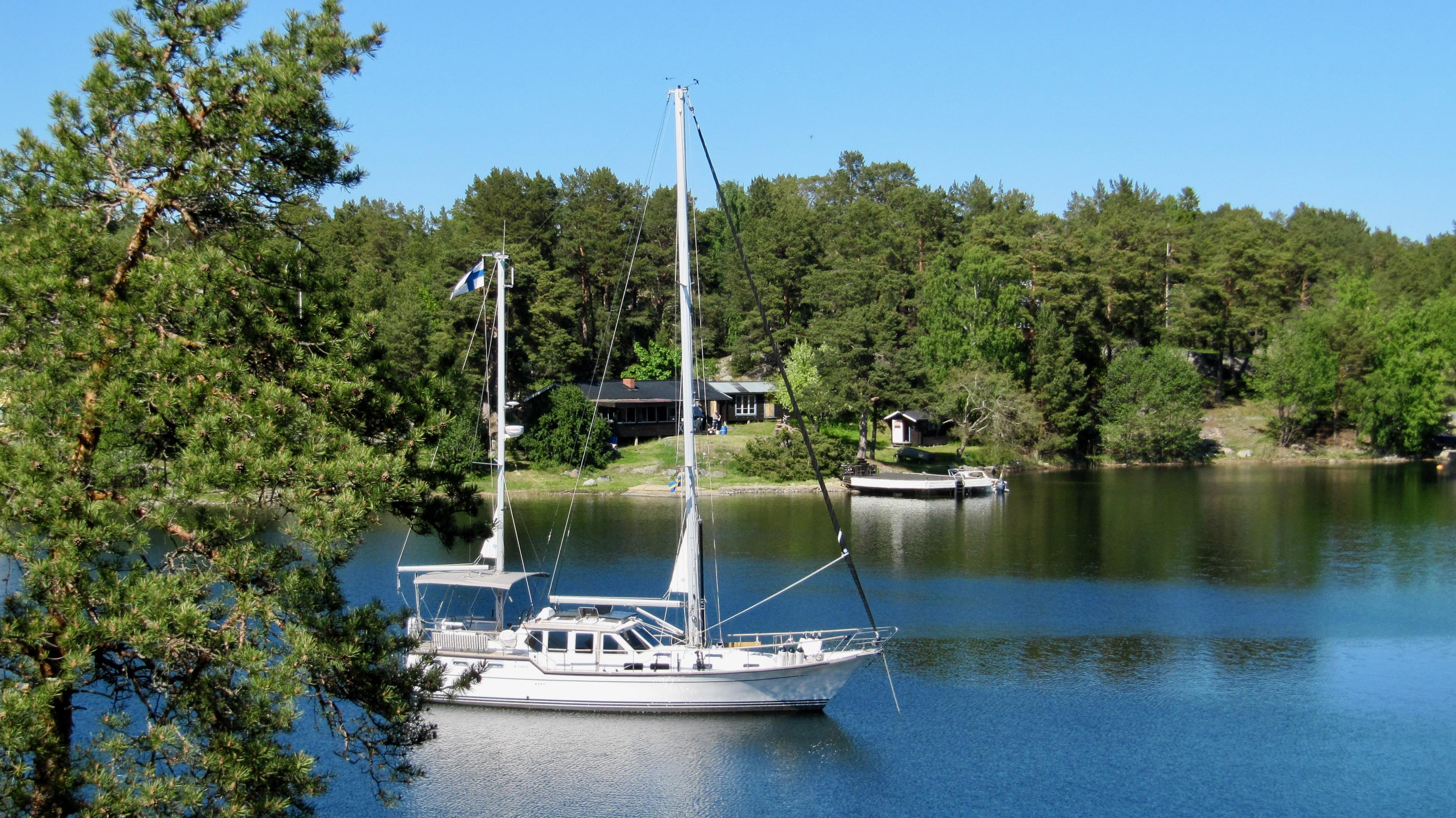 Suwena anchored in the lagoon of Lådna