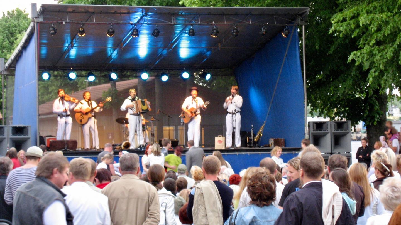 Väikeste Lõõtspillide Ühing is on stage in Pärnu