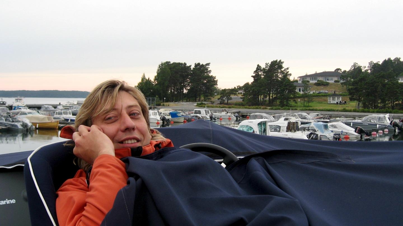 Andrus puhelimessa iltaviileässä Kansäsin satamassa