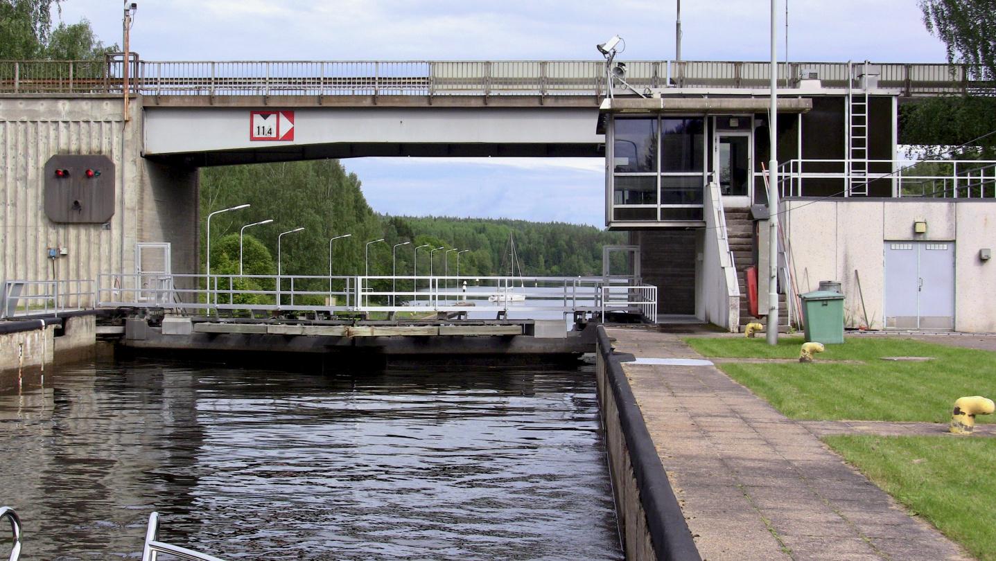 Purjevene odottaa vuoroaan sulkuun Saimaa kanavalla
