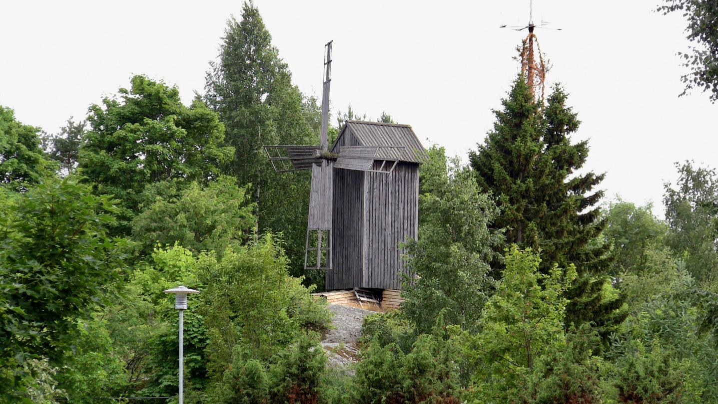 Houtskarin tuulimylly ja juhannussalko