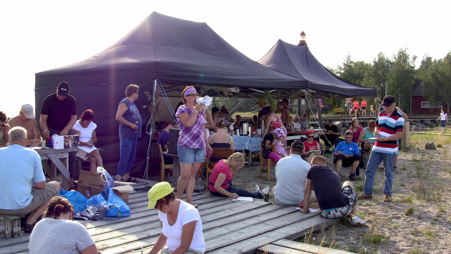 Tarja as bingo host at the harvest festival in Röyttä