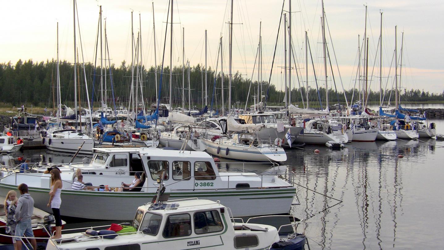 Illan hämärtyessä lähes 100 venettä vietti Elojuhlaa Röytässä