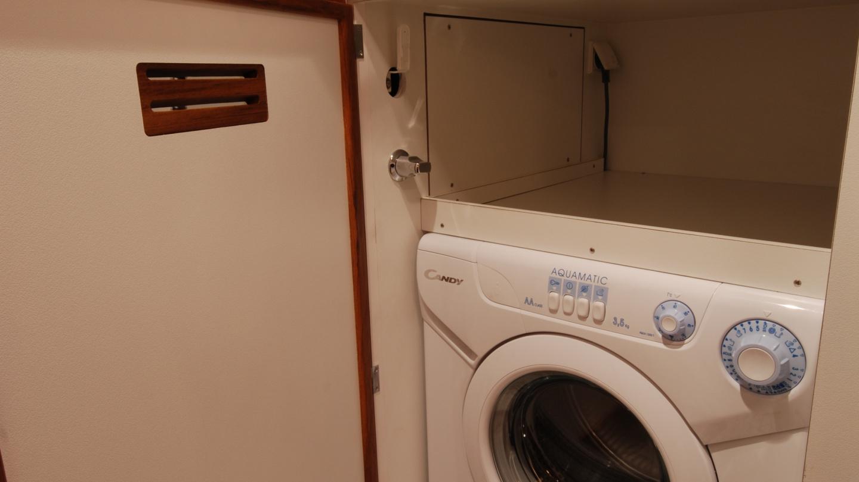 Nauticat 441:n pesukone on sijoitettu suihkutilaan