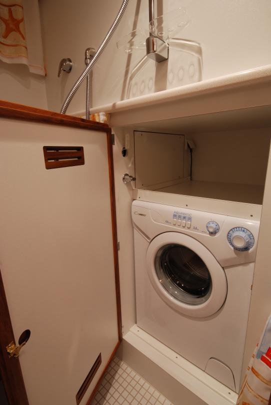 Nauticat 441 washing machine is located in shower