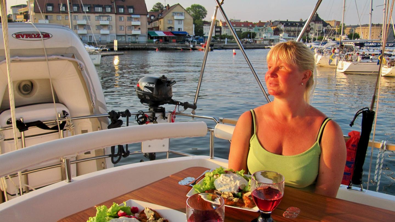 Eve nauttimassa illallista takakannella Vaxholmissa