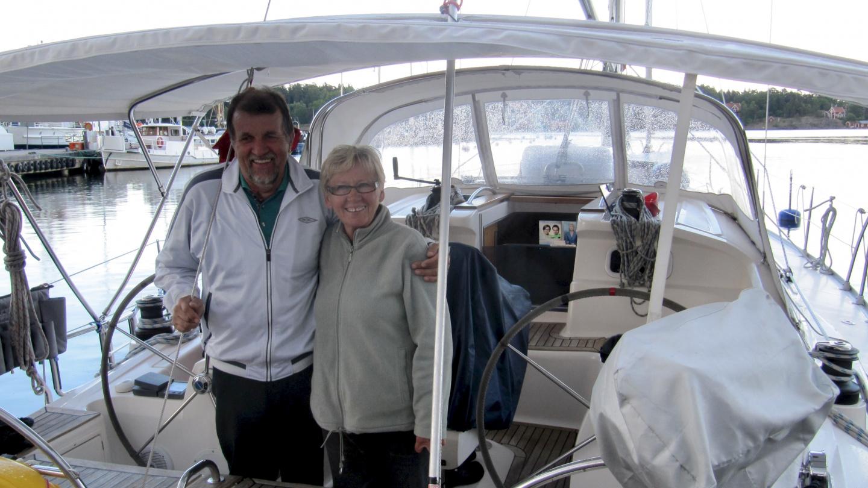 Olli ja Taina Zana veneellä Nynäshamnissa