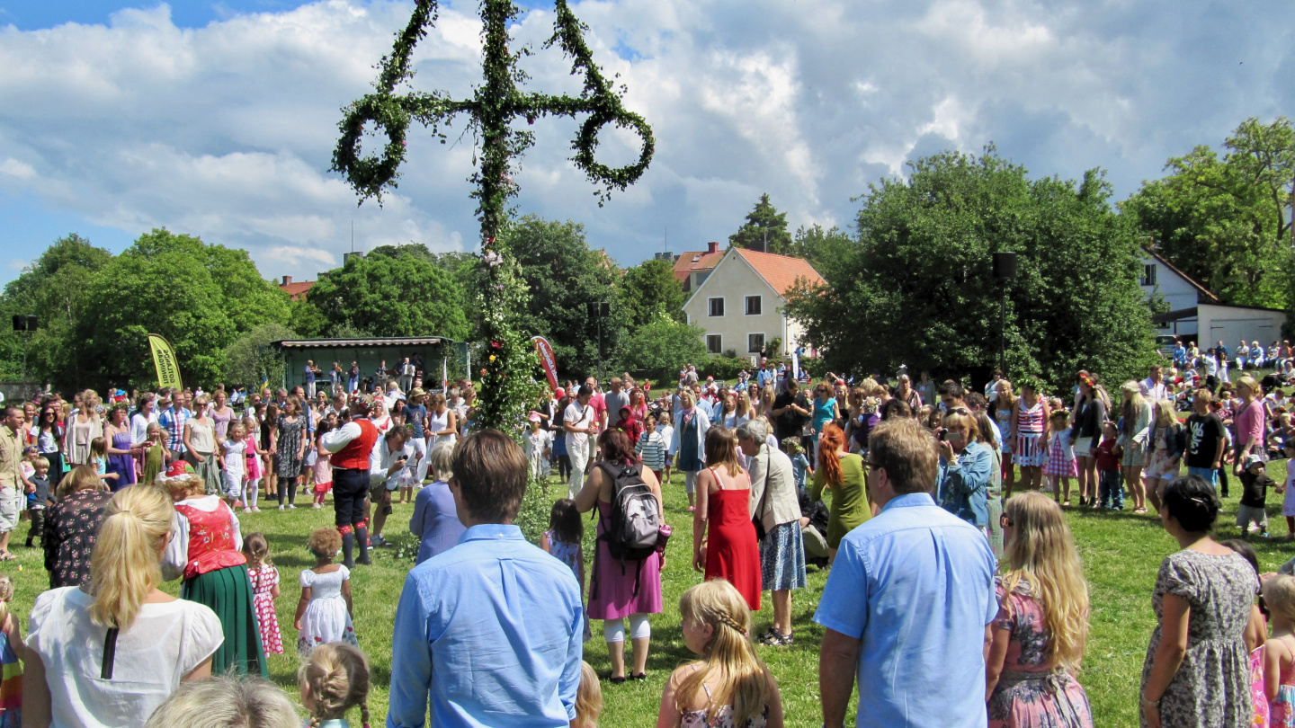 Ring dance around the majstång in Visby