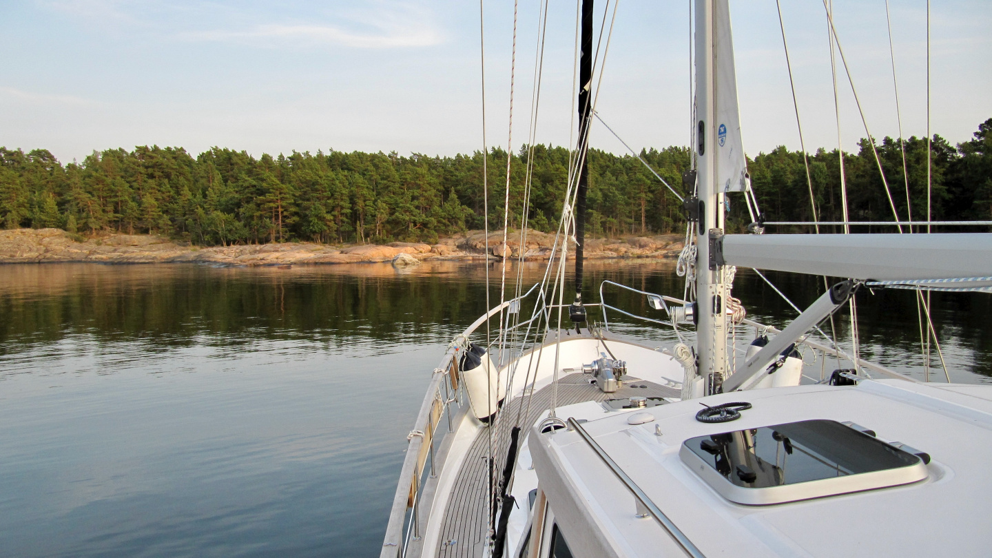Suwena anchored on the cove of Träskö island