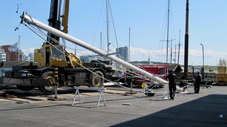 Lifting of Suwena's main mast in Turku