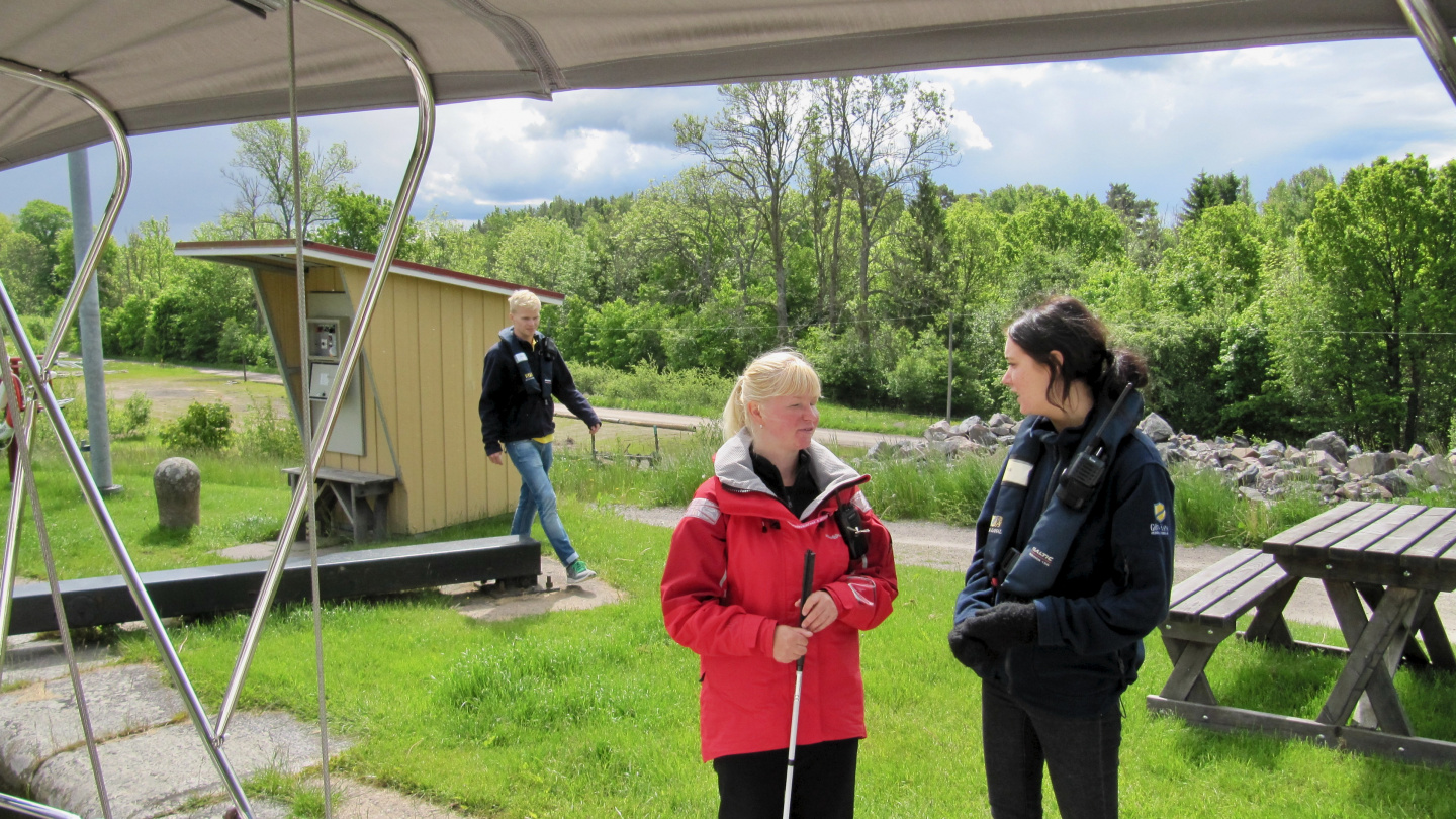 Eve chatting with Göta canal's lock keepers