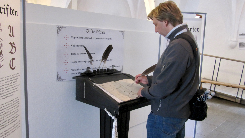 Andrus harjoittelemassa Vadstenan luostarissa birgittalaisfonttia