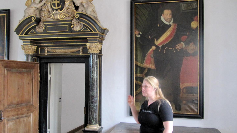 Opas esittelemässä Kronborgin linnaa Helsingørissä