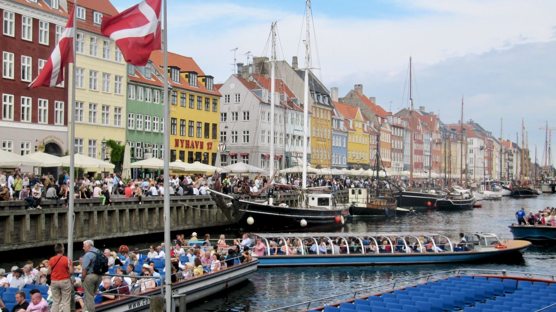 Turistiveneet lähdössä Nyhavnista Kööpenhaminassa