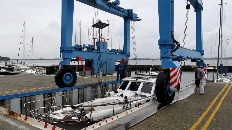 Suwenaa nostetaan talviteloille Schrader Marinassa