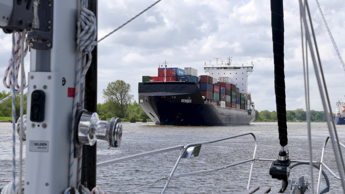 Suwena and the container ship in the Kiel canal