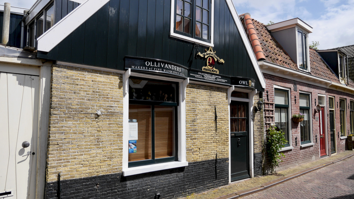The shop of Ollivanders and the Owl Post in Edam