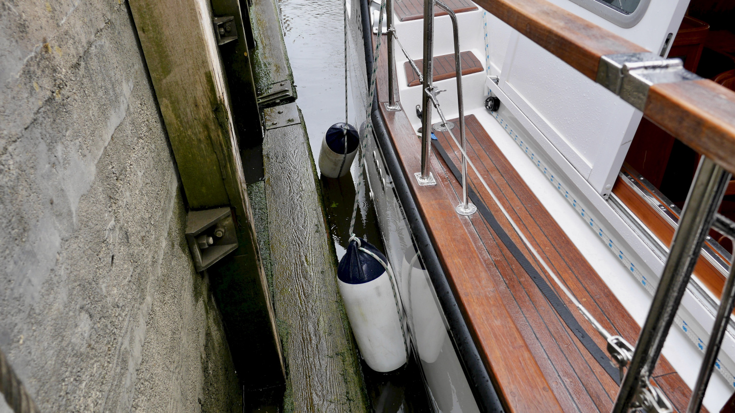 The fenders should be at water level in Dutch locks