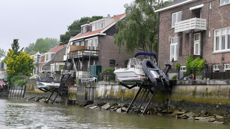 Veneiden säilyttäminen Maas-joella Rotterdamin lähellä