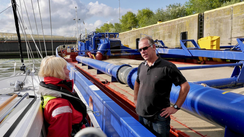 Eve ja Hydran kippari keskustelemassa Zeebruggen sulussa
