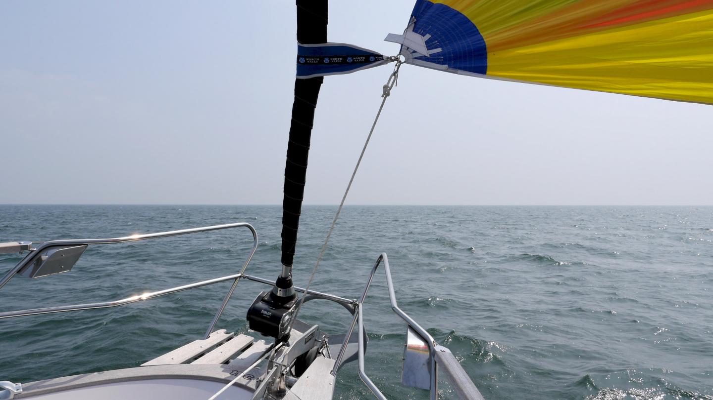 Adjustable tack line of the gennaker on the bowsprit