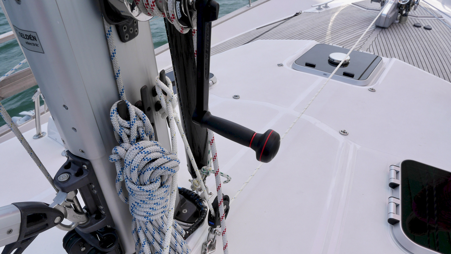 Adjustable tack line of the gennaker at the mast