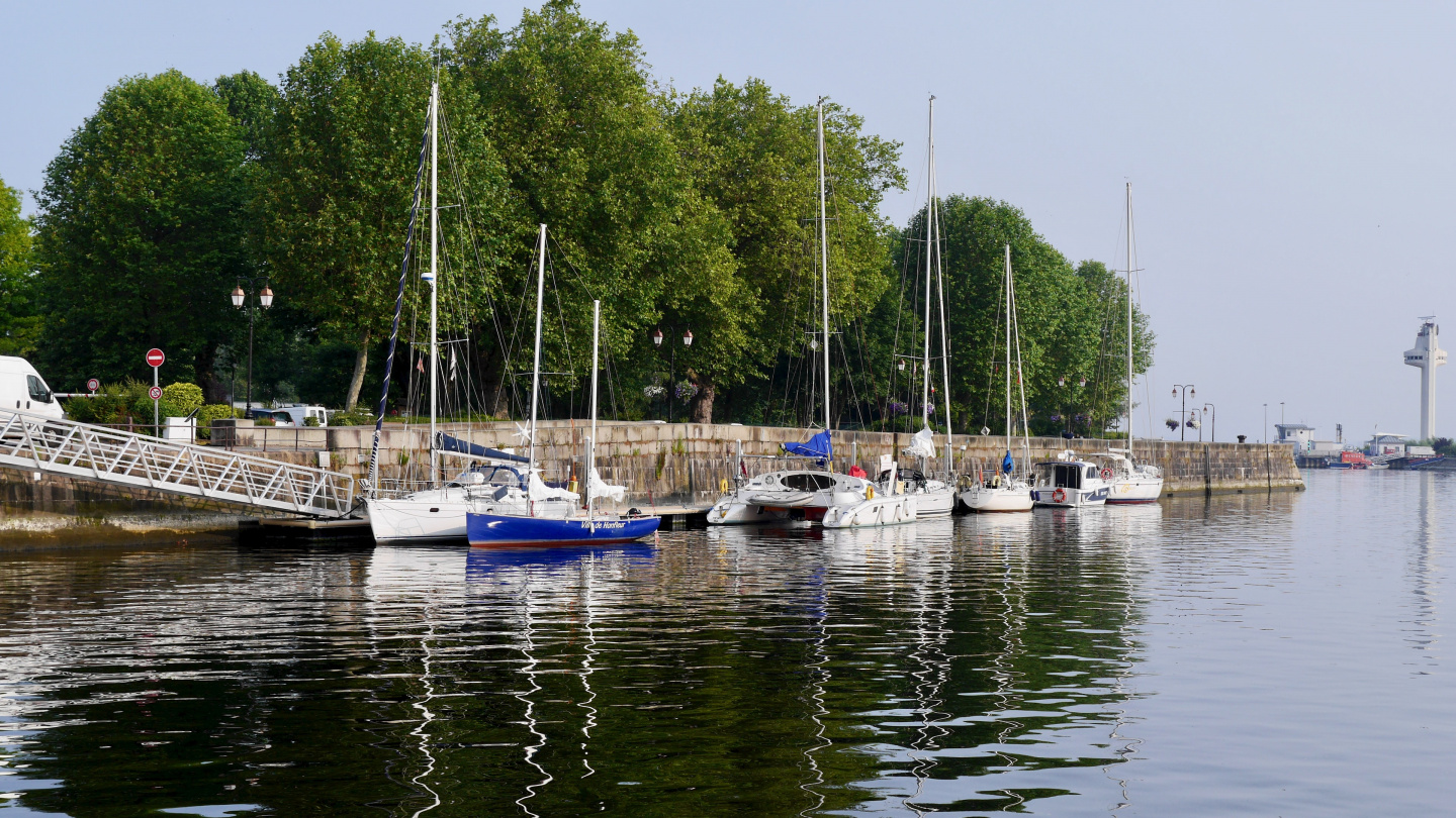 The guest pontoon next to the park in Honfleur
