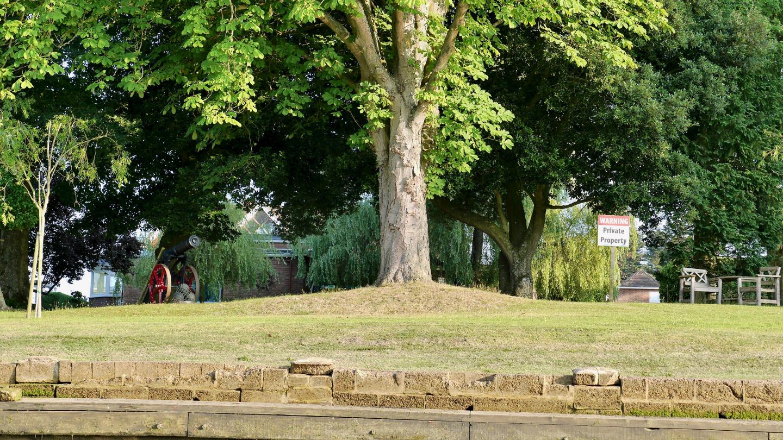 Safe courtyard at the Beaulieu river