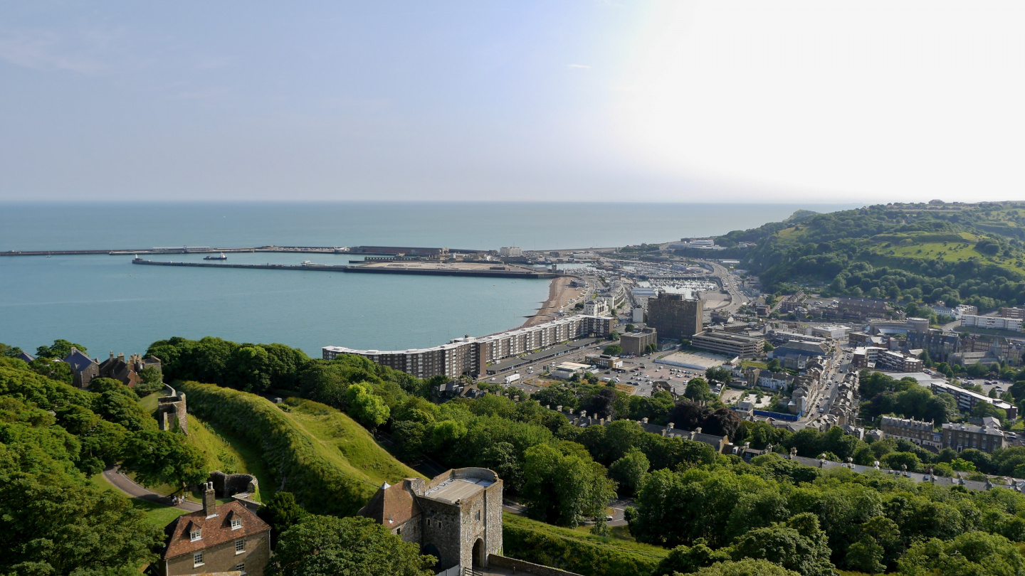 The beach and the marina of Dover