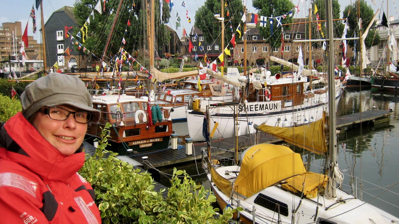 Tuovi katselemassa veneitä St Katharine Docks marinassa Lontoossa