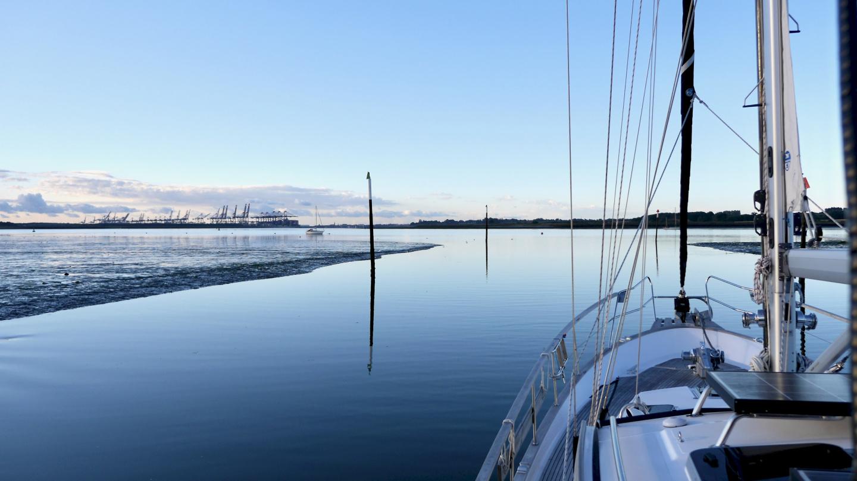 Suwena lähdössä alavedellä Levington marinasta Englannissa