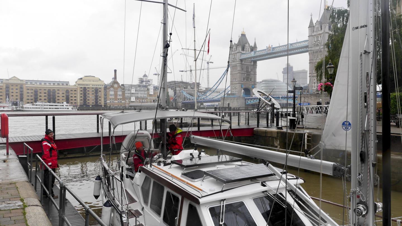 Suwena St Katharine Docks marinan sulussa Lontoossa