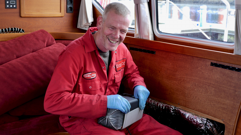 Stewart korjaamassa Suwenan Webasto lämmitintä