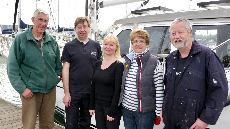 Tony, Andrus, Eve, Brenda ja Ivor Suwenan tankkauksen jälkeen