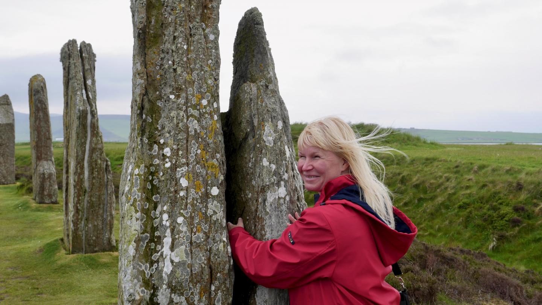 Eve yrittämässä aikamatkustamista Brodgar kivikehässä