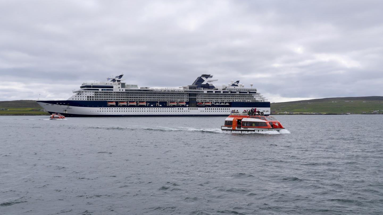 Celebrity Cruisen matkustajia tenderöidään maihin Lerwickissä