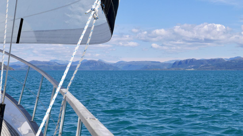 Suwena purjehtimassa Plocktoniin Loch Carron vuonolla