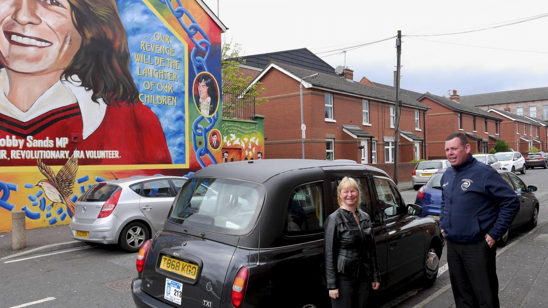 Eve Länsi-Belfastissa kiertoajelulla mustalla taksilla