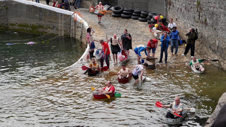 The boys preparing tin baths for a race on the Isle of Man