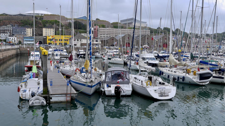 Venelautat Saint Helierin marinassa Jerseyllä