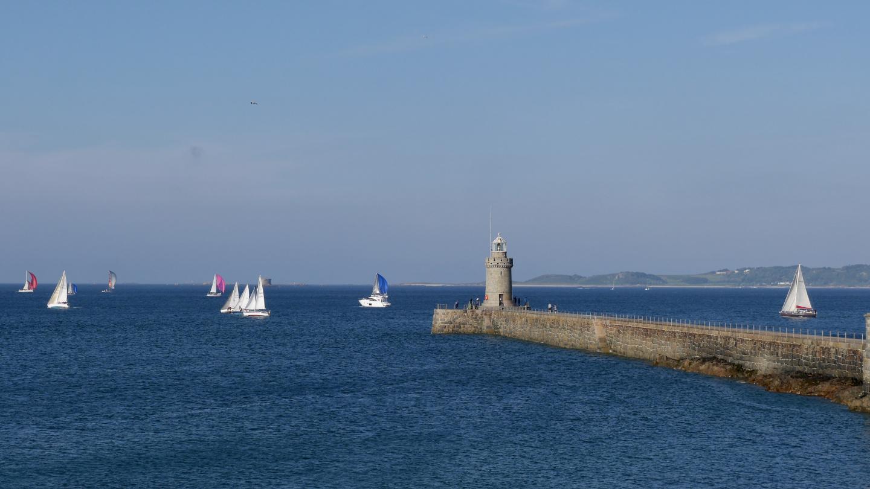Purjehduskisa Guernsey Yacht Clubin edustalla