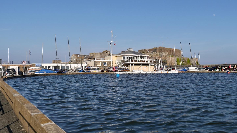 Jollapurjehtijoiden merivesiallas St Peter Portissa Guernseyllä