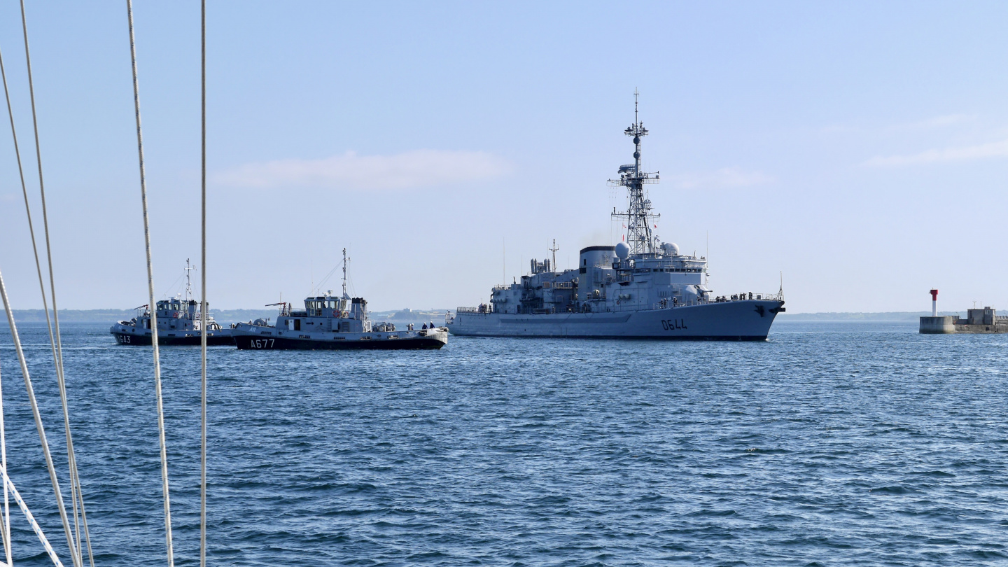 Suwena gives way to French navy in Brest harbour