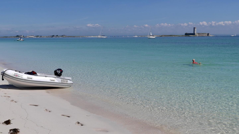Eve uimassa Glénan saarilla Bretagnessa