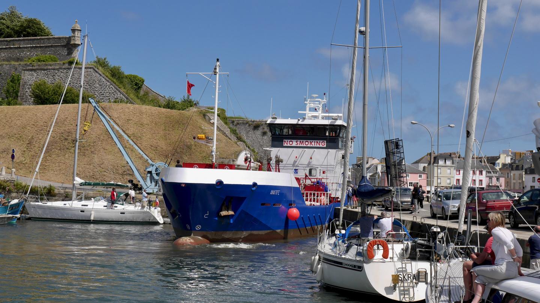 Tankkeri saapumassa Le Palais:hen Belle-Île saarella Bretagnessa