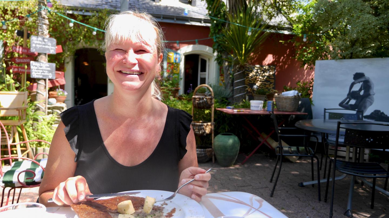 Eve kampasimpukka-galettella Belle-Île saarella Bretagnessa
