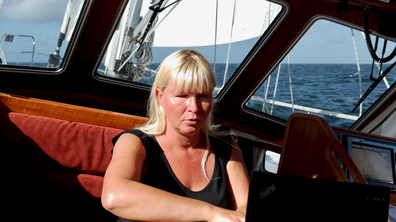 Eve kirjoittaa blogia matkalla Crouestyn satamaan Bretagnessa