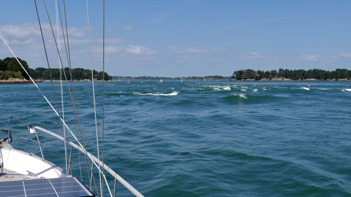 Standing waves at the mouth of Morbihan in Brittany
