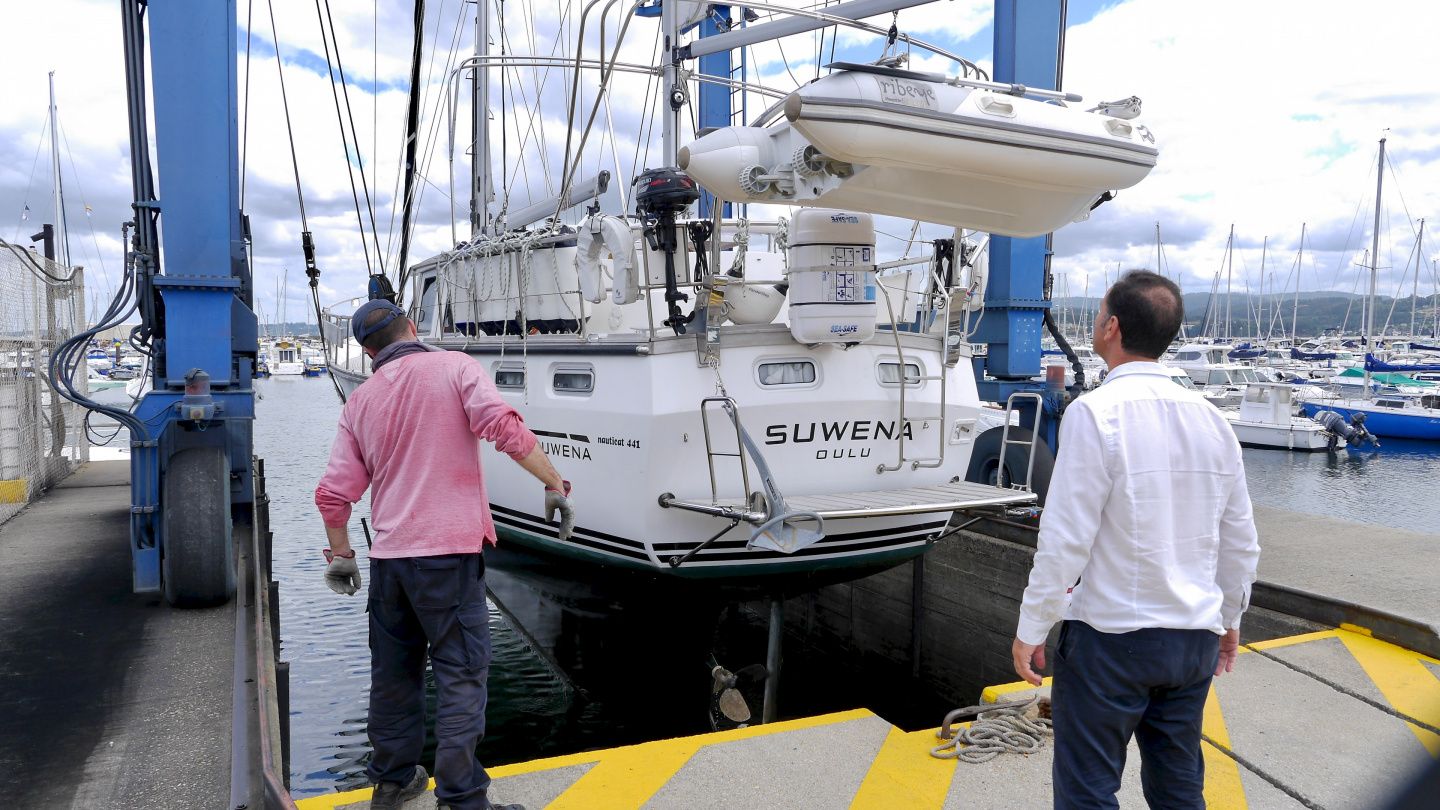 Lift-out of Suwena in Marina Sada in Spain
