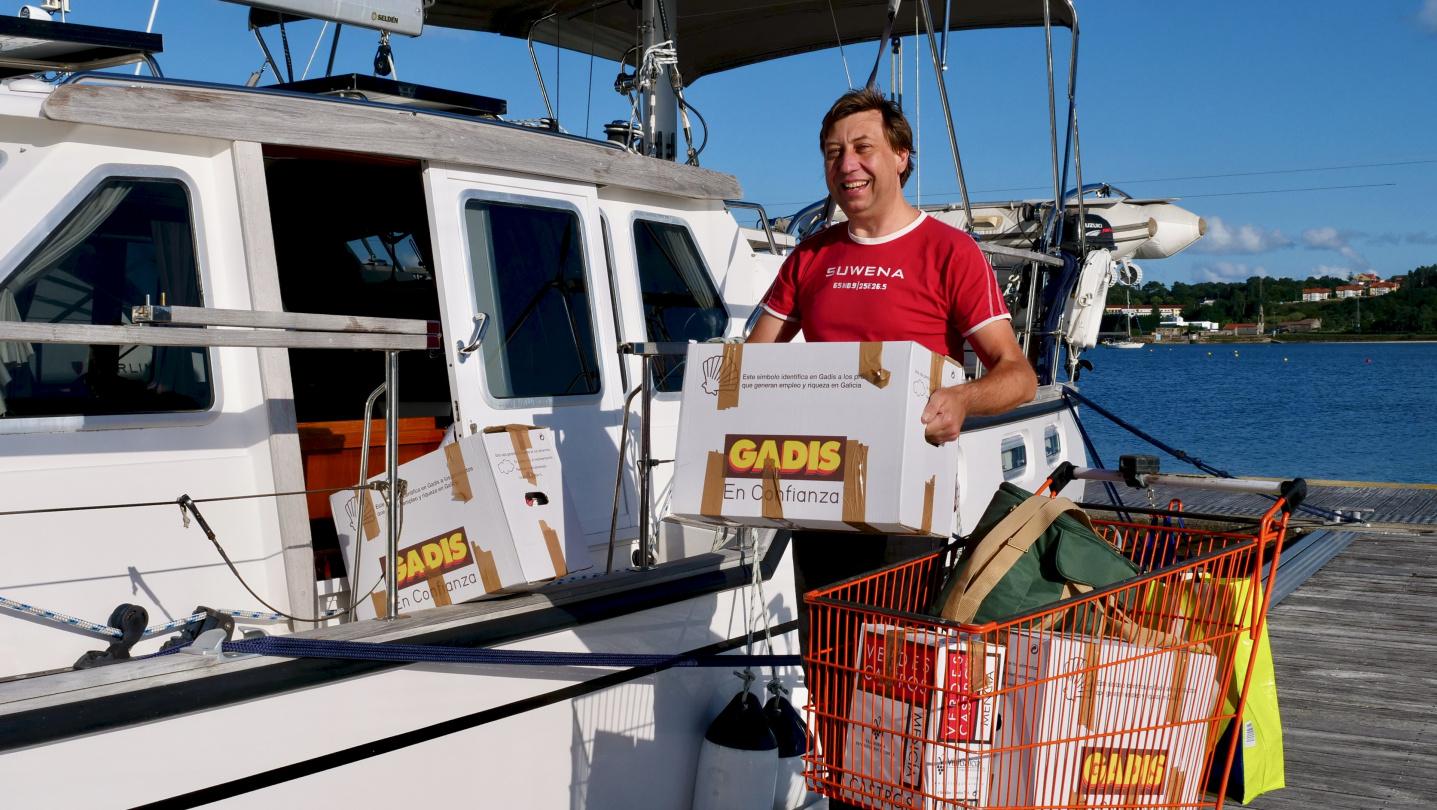Andrus vastaanottaa ruokatoimitusta Caramiñalissa, Galicia